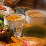 Stół zastawiony potrawami.